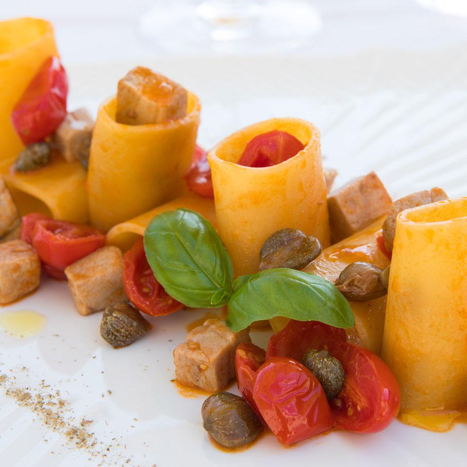 Paccheri di Gragnano con tonno fresco, pomodorini e capperi