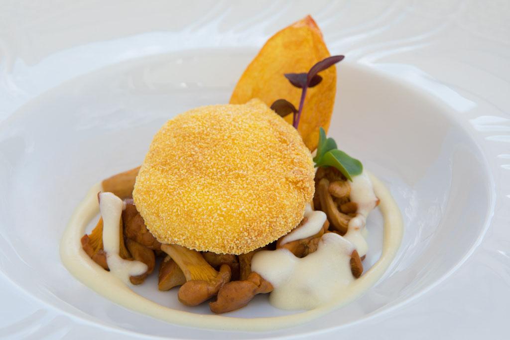 Uovo croccante con finferli e fonduta al parmigiano